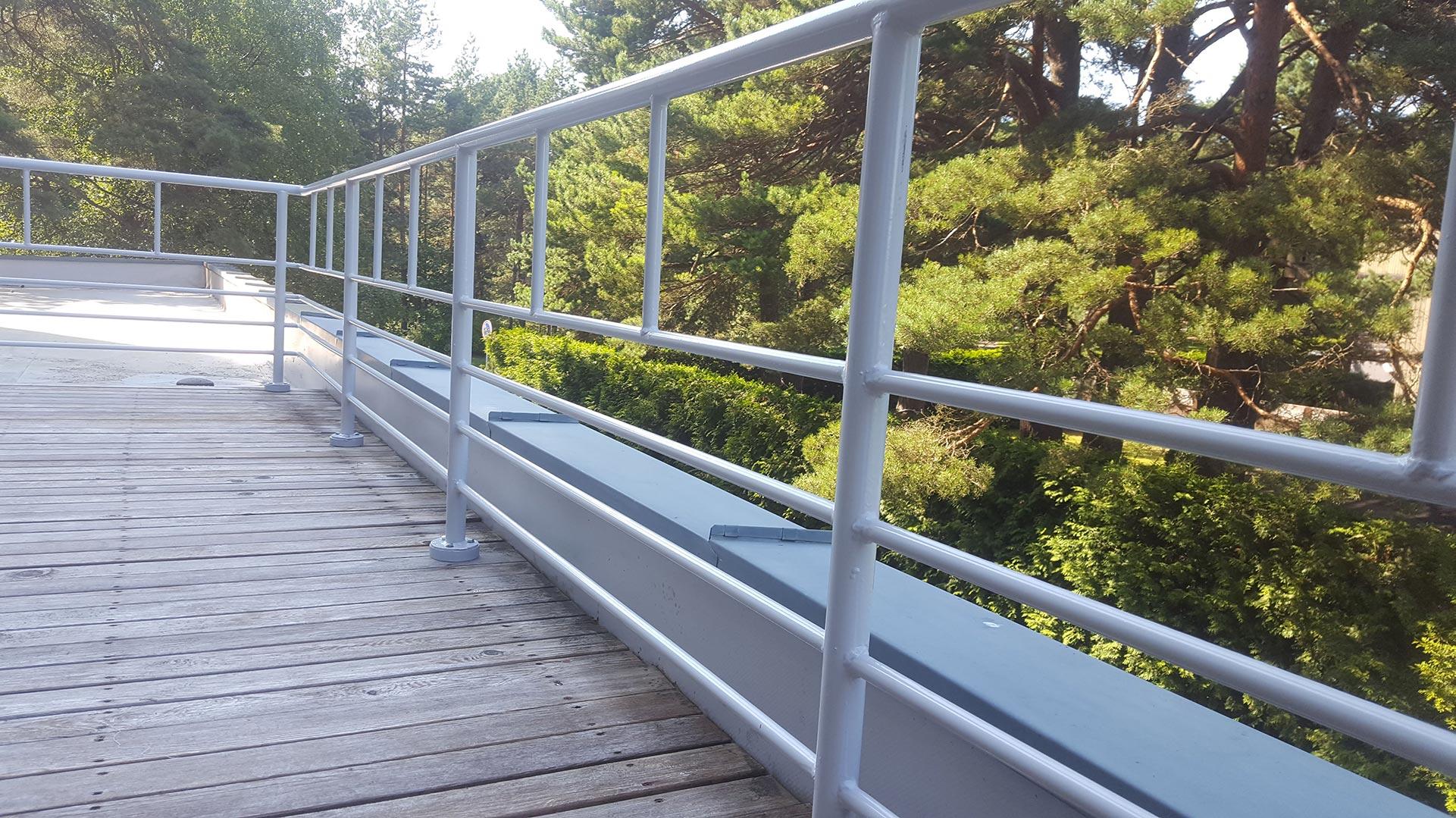 Balti metaliniai turėklai terasoms ant stogo