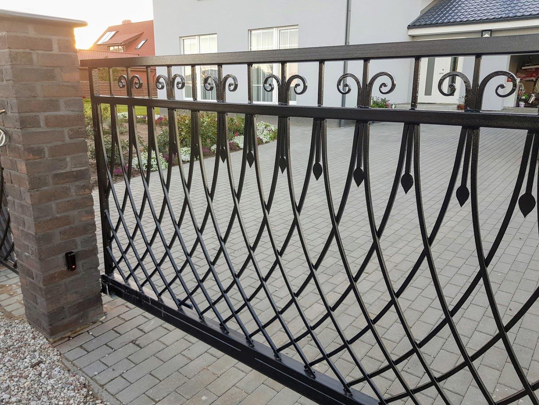 Juodi metaliniai vartai su kalviškais elementais